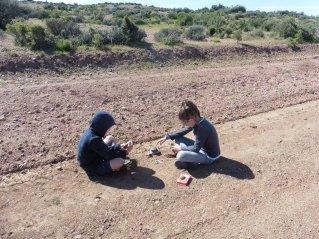 Kinderen houden zich bezig tijdens reparaties